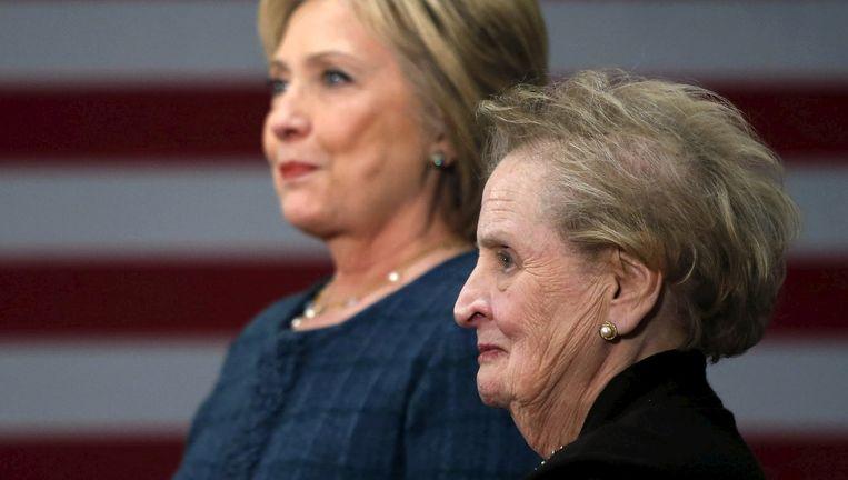 Hillary Clinton en de voormalige buitenlandminister Madeleine Albright. 'Er is een speciaal plekje in de hel voor vrouwen die elkaar niet helpen!', zei die laatste in een vergeefse poging jonge zieltjes te winnen voor Clinton. Beeld © reuters