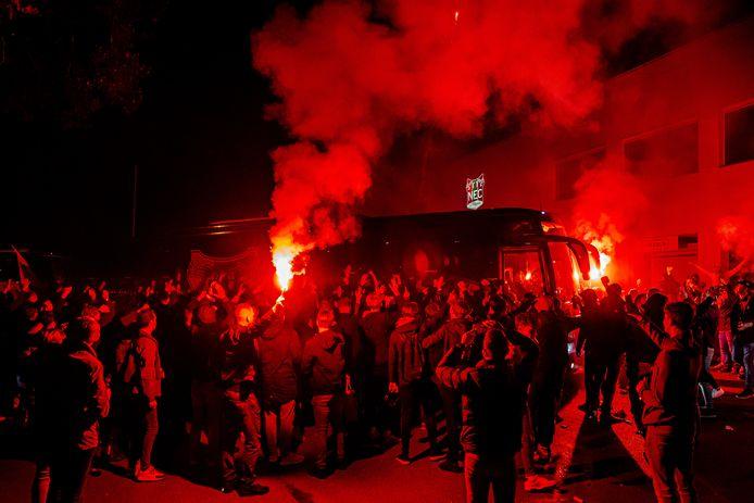 NEC-fans verwelkomen de selectie bij het Goffertstadion na de winst op Almere City.