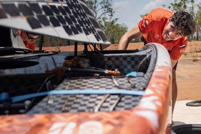 Joost werkt aan de zonneauto NunaX.