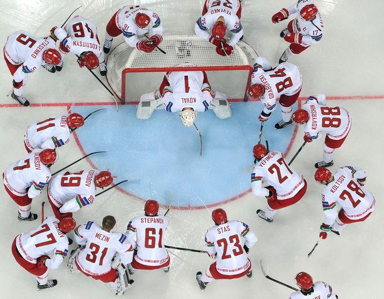 Spelers van Wit-Rusland staan klaar bij het WK ijshockey. Beeld afp