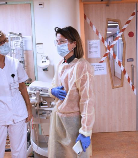 Achter de kruizen op de covid-afdeling in ziekenhuis Isala gaat een wereld van ellende schuil