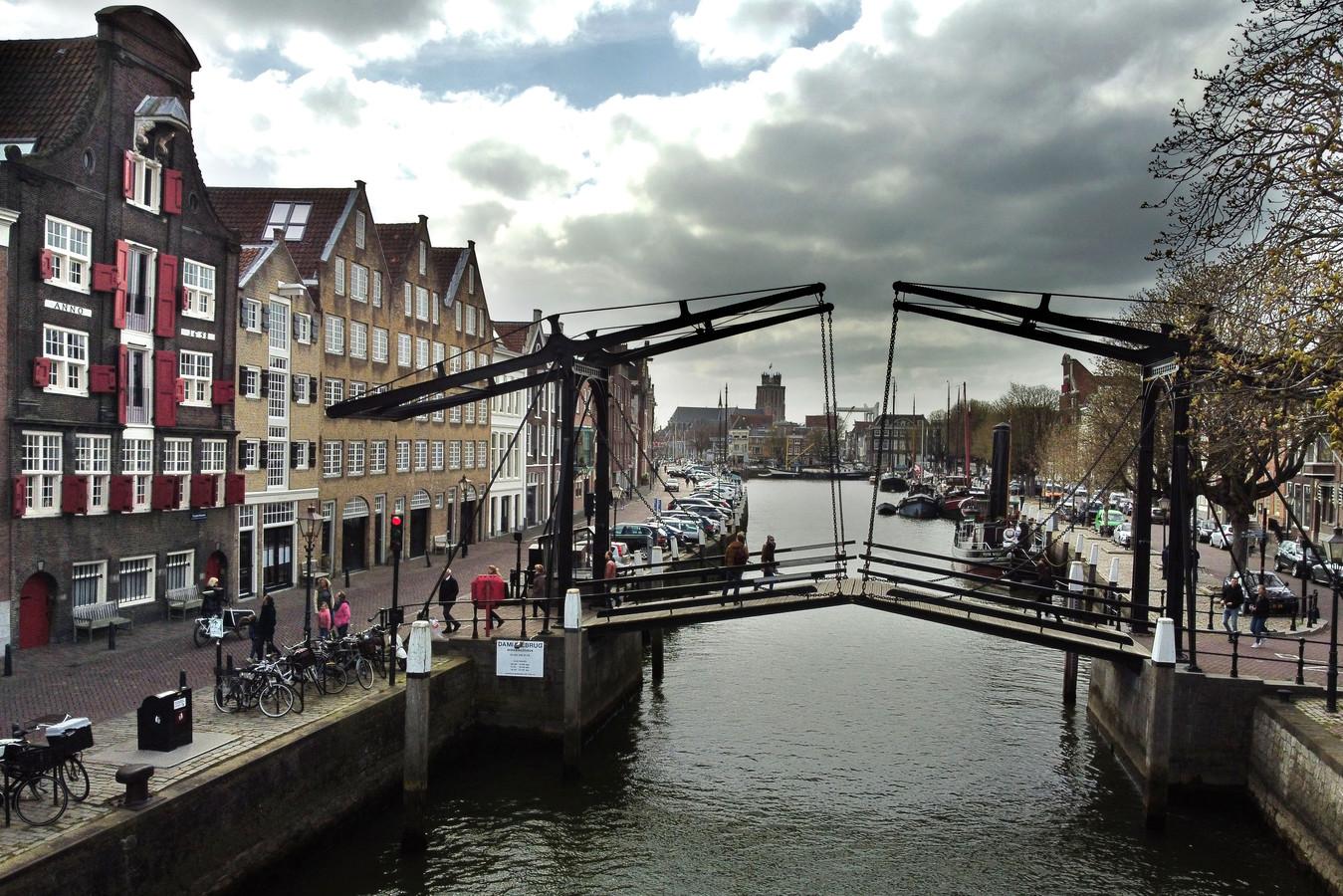 De Damiatebrug verbindt de Kuipershaven (links) met de Wolwevershaven.