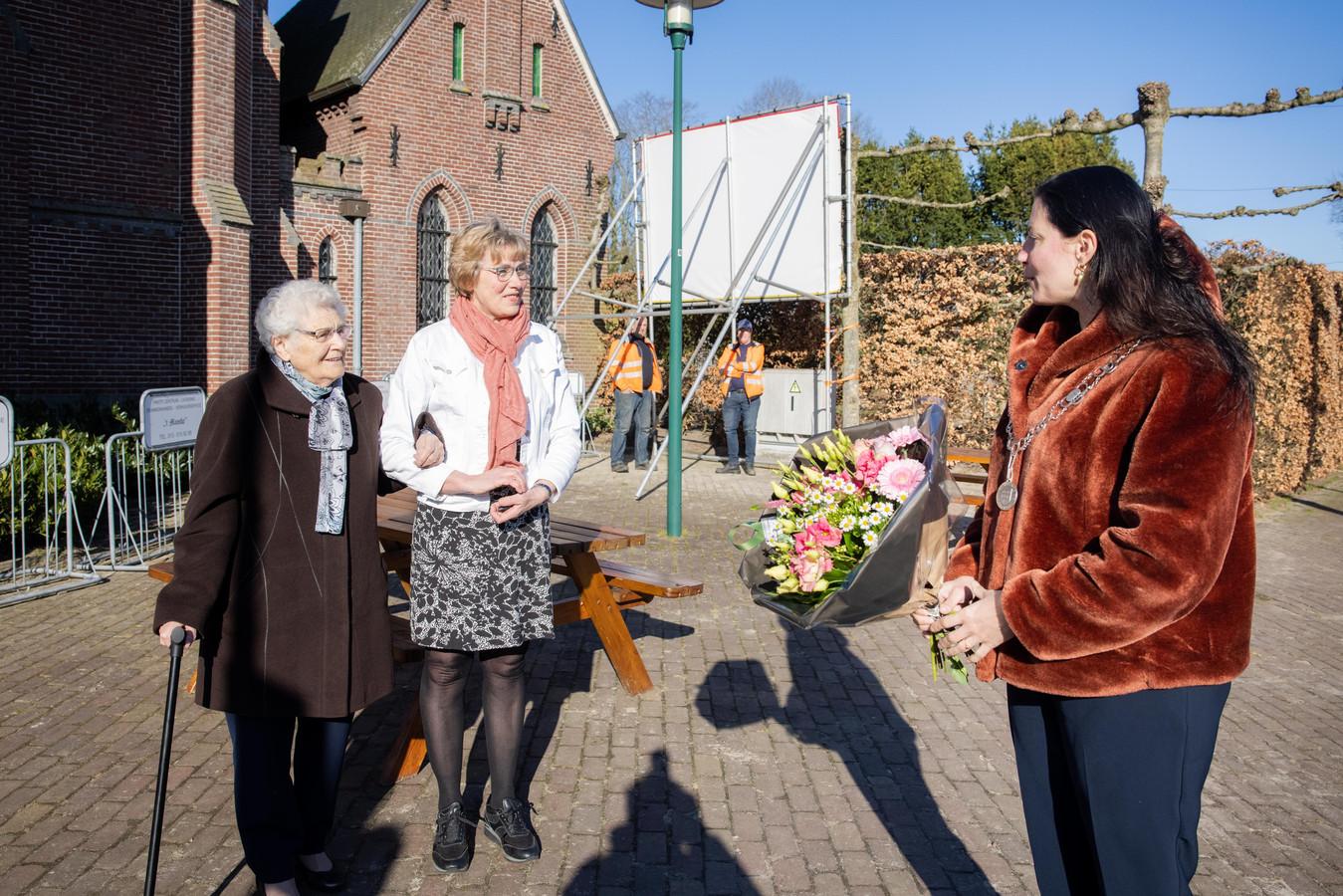 Voor haar honderdste verjaardag kreeg Jo Broeders - Hamers een bankje en bloemen van burgemeester Hanne van Aart (rechts)