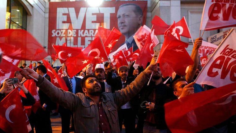 Erdogan-aanhangers vieren feest in Istanbul. Beeld anp