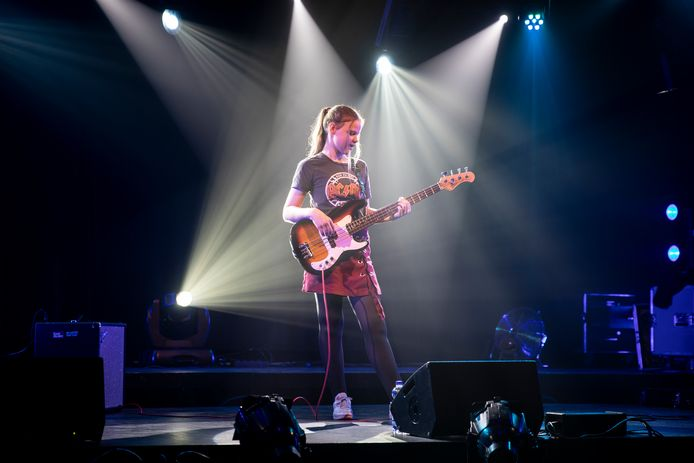 Britt Vielvoije (12 jaar) op de basgitaar tijdens Talent SD in Zierikzee.