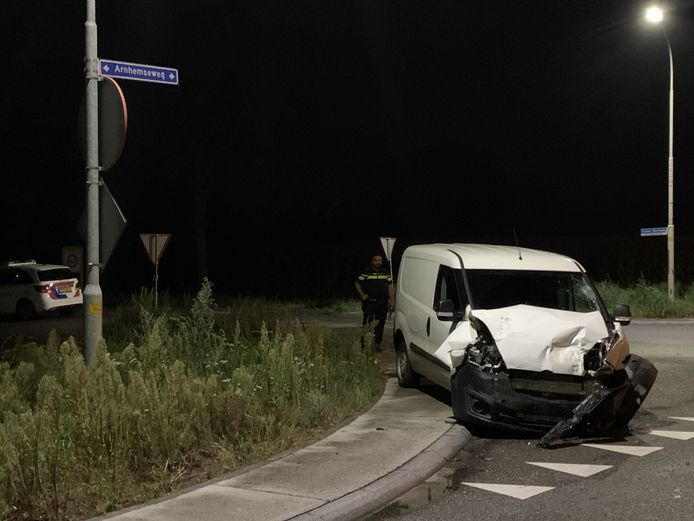 De auto's betrokken bij het ongeluk in Beek liepen forse schade op.