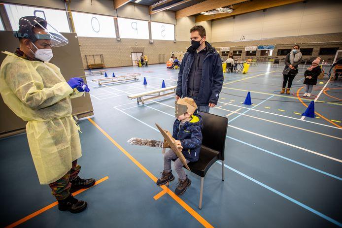 Sint-Truiden test 700 kinderen, met hulp van het leger.  Thomas Agten kwam verkleed als ridder om zijn test te laten doen