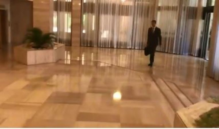 President Assad komt schijnbaar ontspannen toe op het werk. Beeld Screenshot Twitter