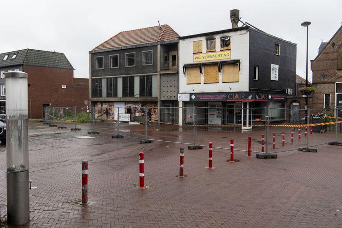 De zolderverdieping van het pand aan de Markt 19 is zwaar verwoest door de brand van vorig maand. Het pand en het naastgelegen gebouw worden gesloopt, meldt de gemeente.