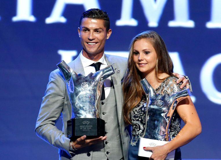 Lieke Mertens samen met Cristiano Ronaldo. Beeld afp