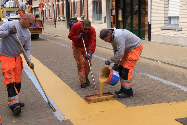 Arbeiders kleurden vrijdag de straten geel in Melsele. Twee straten dan toch waar fietsers baas zijn.