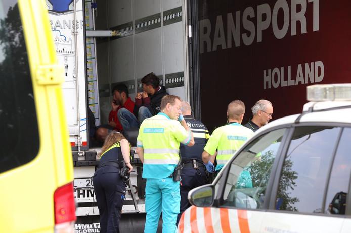 Elf vluchtelingen aangetroffen in vrachtwagen langs A67 bij Bladel (archieffoto 2017).
