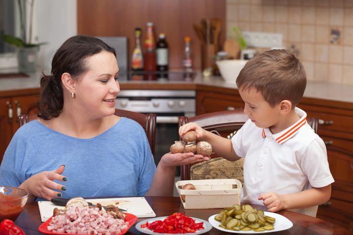 Samen eten koken of kinderen zelf laten opscheppen, helpt om meer plezier te hebben tijdens het avondeten.