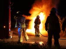 Auto brandt volledig uit bij woonwagenkamp in Kampen: politie gaat uit van opzet
