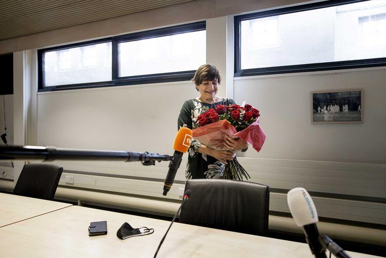 PvdA-lijsttrekker Lilianne Ploumen met bloemen, maar haar partij weet niet beter te scoren dan het historisch dieptepunt van negen zetels. Beeld ANP