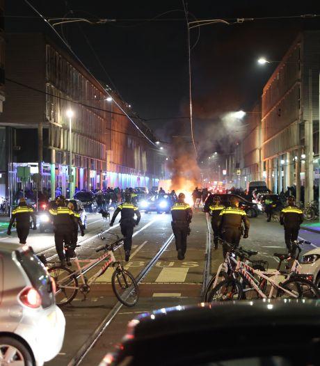 Onrust in Den Haag: Scooters en fietsen in de fik, agenten met zwaar vuurwerk bekogeld