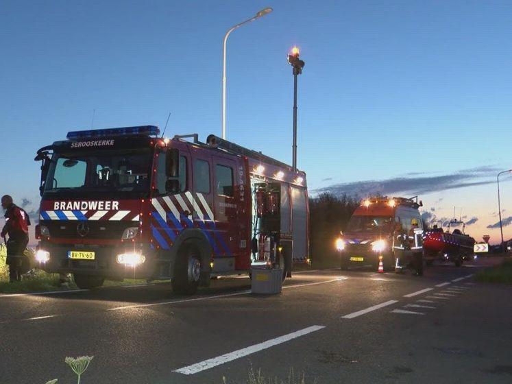 Auto op de kop in de sloot bij Vrouwenpolder: twee gewonden