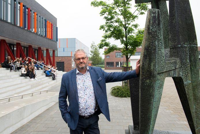 Raamsdonksveer - Pix4Profs/René Schotanus. EEN OPDRACHT Martin vd Kieboom, VMBO-directeur, neemt na 43 jaar afscheid van Dongemond.