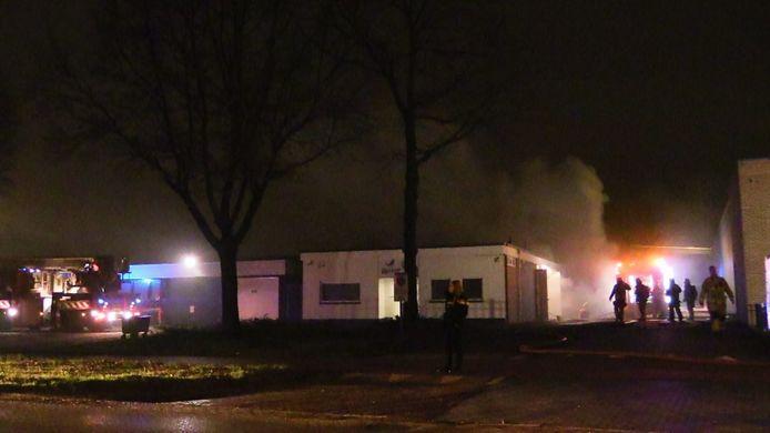 In een bedrijfspand op het industrieterrein is zondagavond brand uitgebroken.