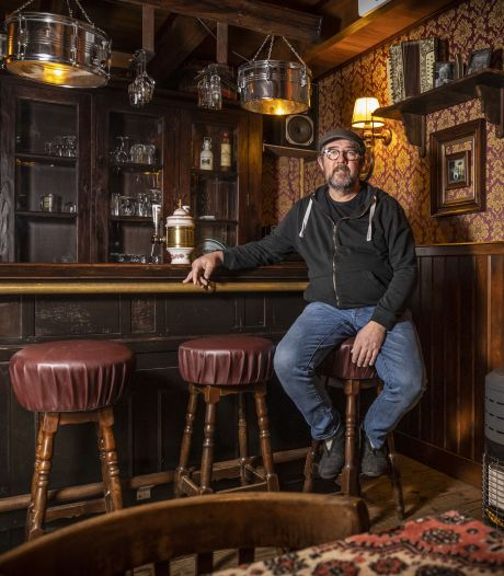 Thuiscafeetje in Denekamp: 'Die klompen naast het dartbord? Kun je je flesje bier in zetten'
