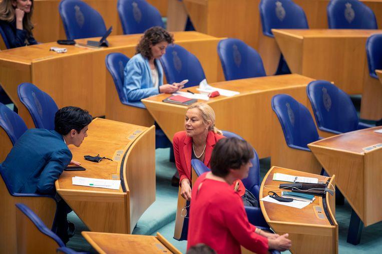 D66'ers Rob Jetten en Sigrid Kaag overleggen tijdens het Kamerdebat over de formatie. Beeld Werry Crone
