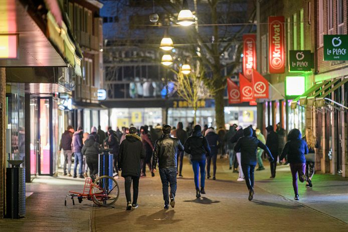 De relschoppers trokken 24 januari door het centrum van Enschede.