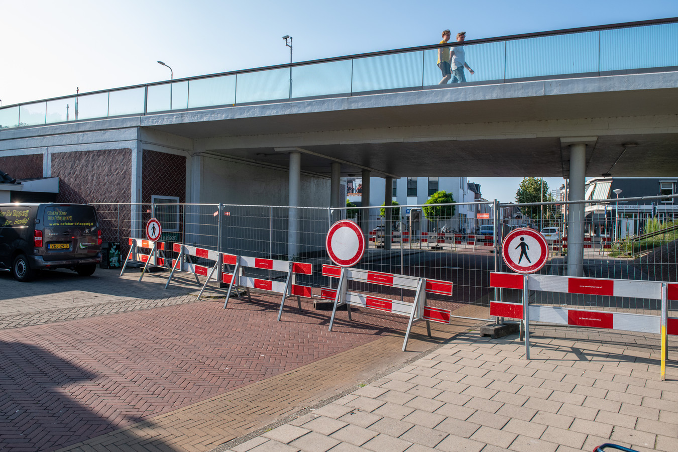 De onderdoorgang van de Julianabrug bij de Hooftstraat blijft nog twee weken dicht.