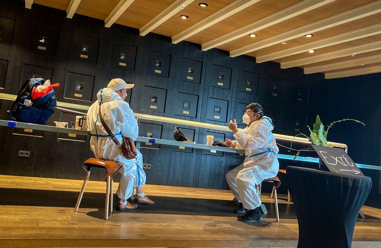 Reizigers in een café in Schiphol. Beeld AP