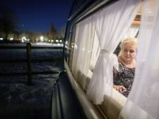 Ook de ijzige kou jaagt Martha Wolters uit Goor niet uit haar protestcaravan