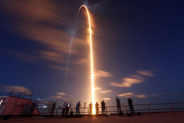 De Falcon 9-draagraket van SpaceX met vier ruimtetoeristen aan boord is afgelopen nacht opgestegen van het Kennedy Space Center in Florida. Beeld REUTERS