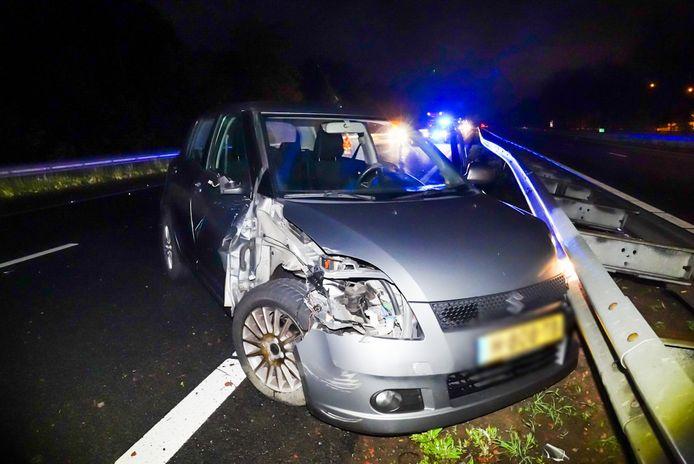 Een bestuurder is in de nacht van maandag op dinsdag met zijn auto tegen een vrachtwagen gebotst op de A67 bij Lierop.
