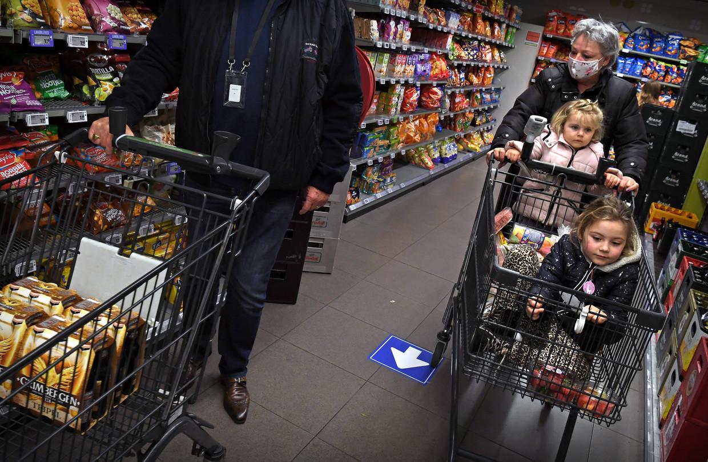 Alle klanten van de Plus-supermarkt in Veldhoven winkelen met een sensor om hun hals, die hun bewegingen volgt. Beeld Marcel van den Bergh / de Volkskrant