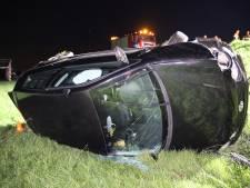 Auto schiet van dijk in Lienden, man op de vlucht