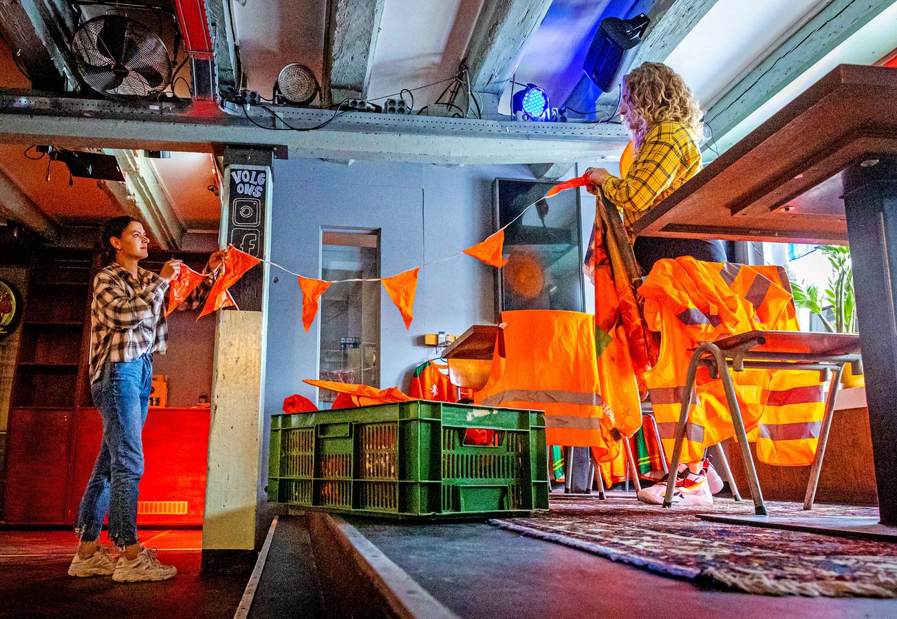 De oranje slingers worden opgehangen bij café Merz in Dordrecht.
