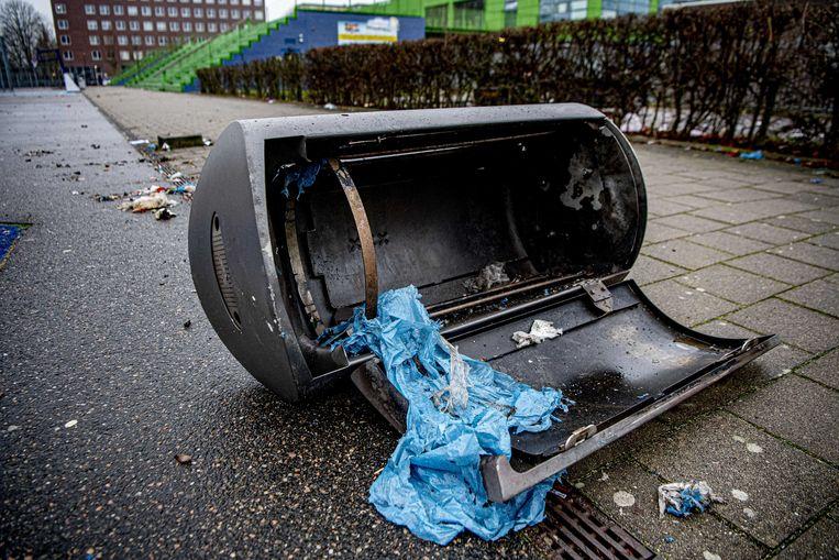 2020-01-02 15:40:24 AMSTERDAM - Een door vuurwerk opgeblazen prullenbak. Tijdens de jaarwisseling is op z'n minst voor 15 miljoen euro schade aangericht aan huizen en auto's. ANP ROBIN UTRECHT Beeld ANP