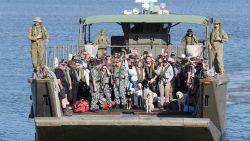 Australische marine levert bier aan café in Mallacoota dat zonder dreigde te vallen