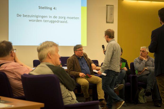 Verstandelijk beperkten in debat met Houtense politici. Caron Landzaat legt een stelling voor aan wethouder Jocko Rensen (PvdA).