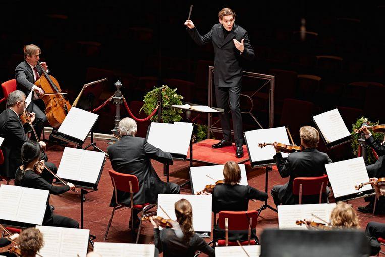 Klaus Mäkelä dirigeert het Concertgebouworkest tijdens de Kerstmatinee, afgelopen december. Beeld Milagro Elstak