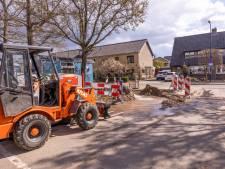 Waterleiding opengebarsten bij werkzaamheden in Hoogland, omwonenden zitten zonder water