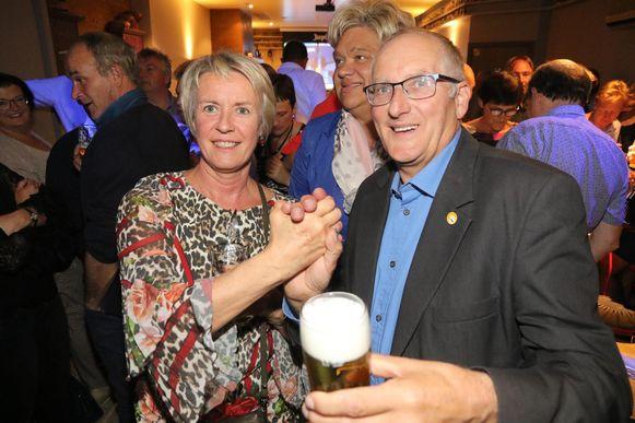 Eerste schepen Ingrid Vandepitte en burgemeester Dirk Sioen in de euforie tijdens de avond na de gemeenteraadsverkiezingen in oktober