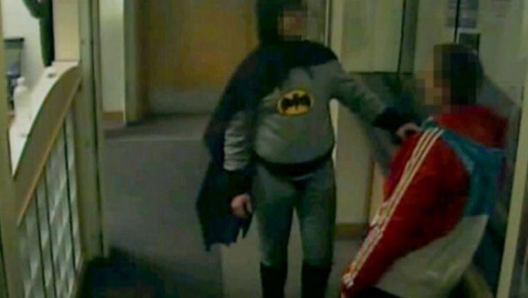 Camerabeelden van 'Batman' en de inbreker. Beeld Screenshot van door politie vrijgegeven beelden.