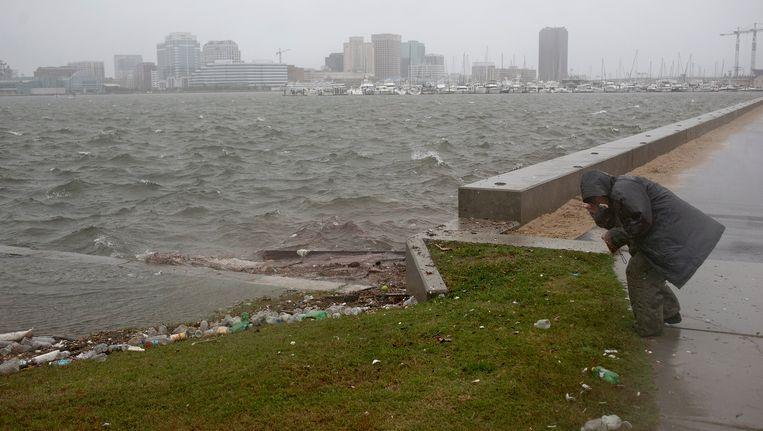 Regen en wind geselen de oevers van de Elizabeth-rivier in Portsmouth, Virginia.