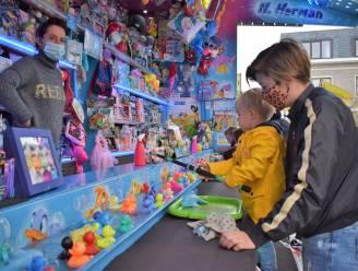 Gemeentelijke feestcommissie Assenede schenkt 800 scholieren 'kermiskaart'