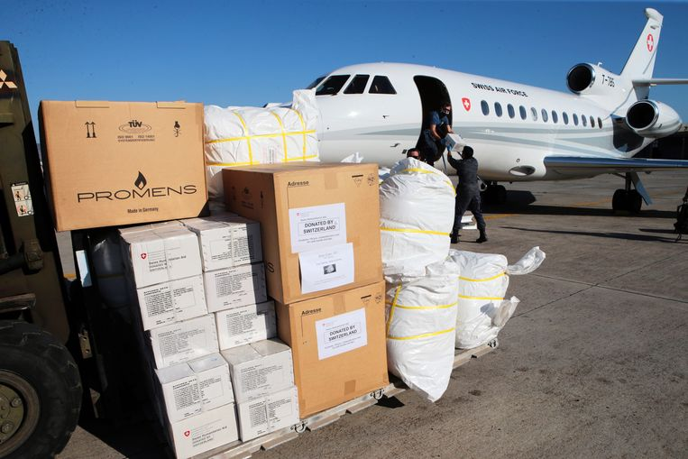 Humanitaire hulp komt aan in de buurt van Athene. Beeld Hollandse Hoogte / EPA