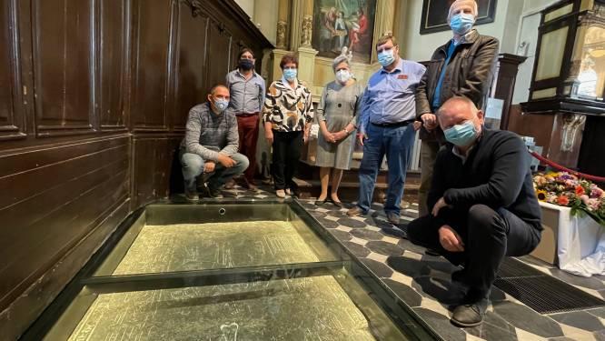 """Grafsteen van ridder werd gerestaureerd in St Annakerk van Stene. """"We blijven zoeken naar de identiteit van de ridder uit 1320"""""""