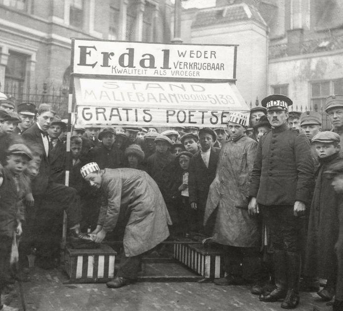 Een stand van Erdal, waar mensen hun schoenen gratis konden laten poetsen (ca. 1920).