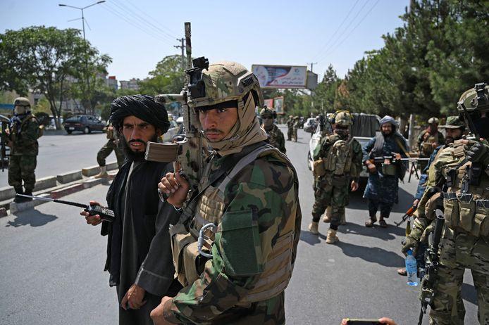 Speciale eenheden van de taliban bewaken de straten rond de luchthaven van Kaboel terwijl de dreiging van een nieuwe zelfmoordaanslag de laatste fase van de Amerikaanse luchtbrug overschaduwt.