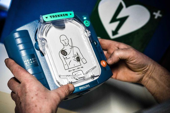 Een automatische externe defibrillator op de werkvloer. De AED is een draagbaar toestel dat gebruikt wordt bij het reanimeren van een persoon.