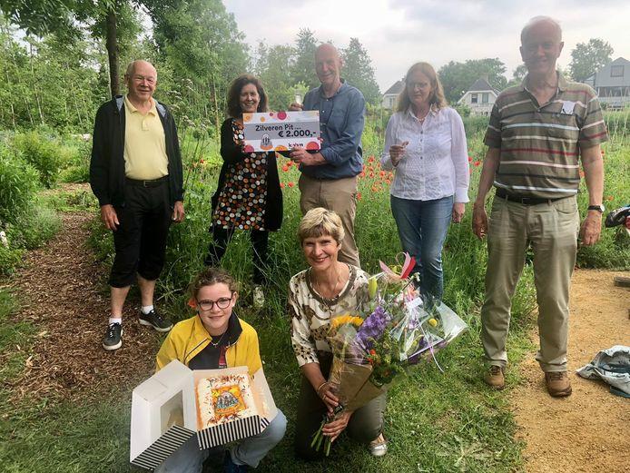 De vrijwilligers van de Ecologische Samentuin Vrijhoeve in Sprang-Capelle hebben met hun project de Zilveren Pit gewonnen.