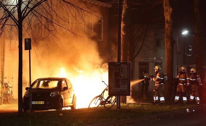 Brandende auto in Graafsewijk Den Bosch.